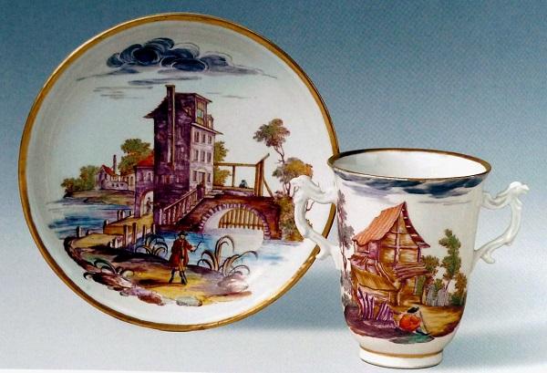 Figura 25. Becher biansato, porcellana, manifattura Du Paquier 1725-1730, decoro attribuito a Carl Wendelin Anreiter. Mercato antiquario.
